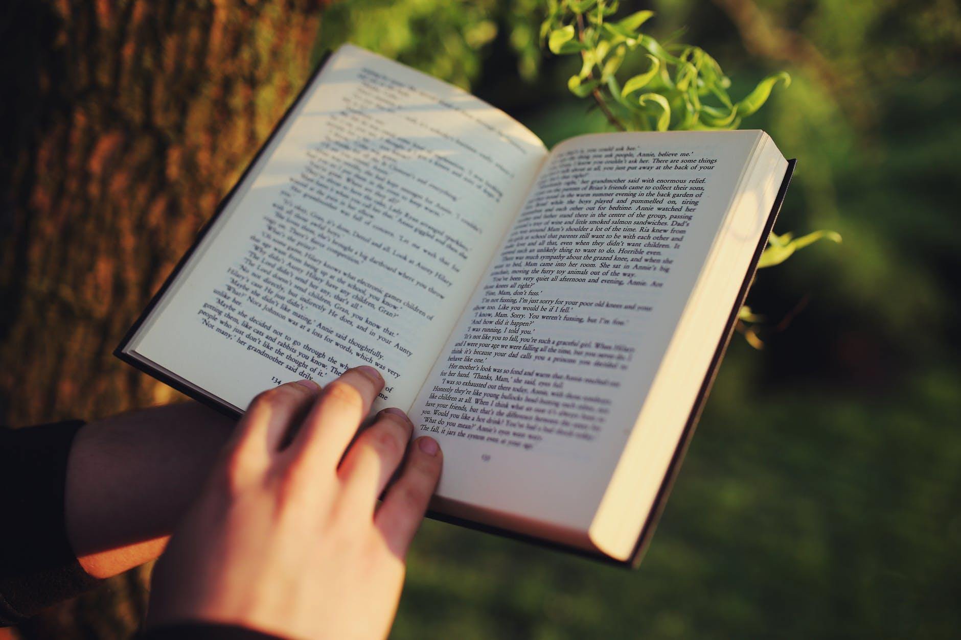 Handen op een boek